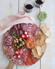 Recept: Borrelplank met vlees (charcuterie) - Savory Sweets Graze Box, Antipasto Platter, Candy S, Meat And Cheese, Mini Foods, Charcuterie Board, Party Snacks, Soul Food, Catering