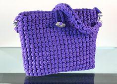 Borsa a tracolla viola, fatto completamente fatti a mano con la tecnica delluncinetto con cotone riciclato trapillo.  ASA realizzato con la tecnica del