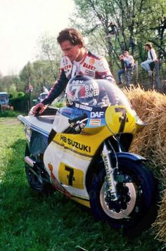 Barry Sheene, standing next to his HB Suzuki after abandoning the race at the Luttenbergring, 1983 Raalte Races Motorcycle Racers, Suzuki Motorcycle, Racing Motorcycles, Vintage Motorcycles, Grand Prix, Course Moto, Gp Moto, Bike Engine, Road Racing