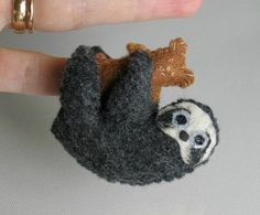 Peluche oso perezoso en canasta con osito de peluche y manta