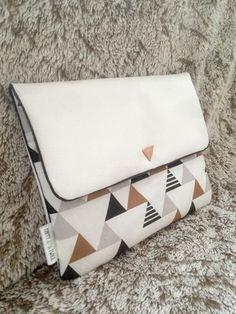 Pochette pour tablette IPAD.  La housse est composée de simili cuir blanc et d'un coton aux motifs graphiques noir/cuivre et blanc. Un passepoil lurex noir et un petit triangle - 20102180