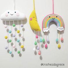 NOVIDADES chegando 😍😍 #nuvem #lua e #arcoiris 🌬🌬🌜🌜🌈🌈☁☁MOBILE de nuvem, lua e arco-íris com gotinhas coloridas mega fofos para decorar portas de maternidades, quartinho, berços, festas e onde mais sua imaginação deixar 😍😍 To muito apaixonada 🌧🌧 🌈🌈❤❤ Solicitem orçamentos #crochesdagreice #crochet #croche #handmade #feitoamao #artesanato #decor #decoração #amigurumi #bichinhosdecroche #amigurumilove #nuvemamigurumi #arcoirisamigurumi #lua 🌜🌜 Crochet World, Knit Crochet, Crochet Baby Mobiles, Diy And Crafts, Arts And Crafts, Crochet Wall Hangings, Baby Toys, Baby Gifts, Crochet Patterns