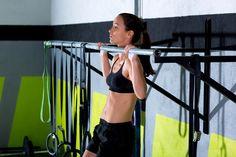 Klimmzüge trainieren den gesamten Oberkörper und sind fast überall auszuführen. Wir verraten, wie Du Klimmzüge lernst und richtig ausführst.