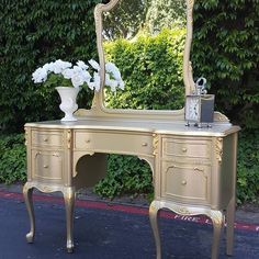 Champagne Metallic Paint by Modern Masters helps repurpose a stunning vanity Beautiful Project by 10 Gorgeous Metallic Paint on Furniture Projects Metallic Painted Furniture, Paint Furniture, Metal Furniture, Repurposed Furniture, Furniture Projects, Rustic Furniture, Furniture Making, Furniture Makeover, Furniture Design