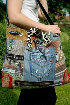 Abstrakce šité koláže-upcycling Taška je autorský design, vyhotovený z textiních kousků látek v netradi Jean Purses, Purses And Bags, Sacs Tote Bags, Denim Handbags, Denim Purse, Denim Crafts, Boho Bags, Hippie Bags, Diy Handbag