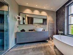 """Realisations • Dothy Design  Crétion d'une salle de bain  Mosaïque et meuble suspendu """"Sable d'Or"""" Cogolin Mur en mosaïque derrière baignoire îlot Vasque à posée"""