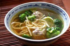 Soupe+aux+nouilles+asiatiques+et+boulettes+de+bœuf