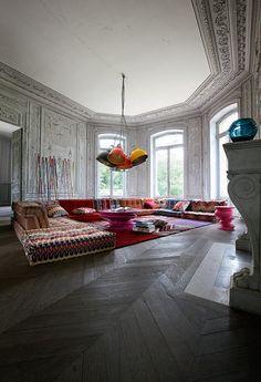 Lorsque Hans Hopher créa le canapé Mah Jong, avait-il imaginé que l'objet deviendrait une référence d'inventivité et de design ? Certainement pas !