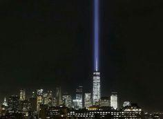 「9·11」事件14周年纪念日前,世贸中心 World Trade Centre 遗址旁的「纪念之光」Tribute in Light 照亮夜空,美国 US 纽约 New York。「纪念之光」分为两道光柱,每道光柱由44盏高压探照灯组成,象征14年前被撞毁的世贸中心双子塔。摄影师:Mark Lennihan