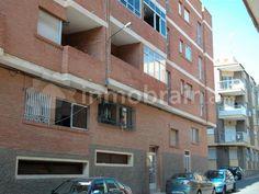 Piso en venta en Puerto de Mazarrón en el Barrio de San Isidro de 2 habitaciones y 2 baños, segunda planta con ascensor. Todos los servicios a mano: parque, supermercados, etc. FINANCIACIÓN 100%.