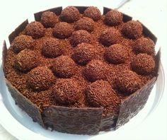 O bolo com recheio e cobertura de brigadeiro, da Sweets by Rô (www.facebook.com/SweetsByRo), é contornado com placas de chocolate texturizado. Custa R$ 80 e serve 20 pessoas. Preço consultado em setembro de 2015 e sujeito a alterações