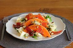 Rezept für einen unkomplizierten, aromatischen Sommersalat mit Rucola, Cantaloupe-Melone, Mozzarella. Serranoschinken und Paranusskernen.