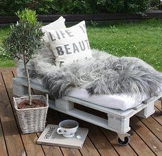 Een ligbed, gemaakt van pallets