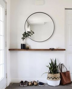 round black mirror in the entrance area over a floating wooden shelf small entrance area . Round black mirror in the entrance above a floating wooden shelf. Small entrance decoration ideas , round black mirror in entryway above floating timb. Decoration Hall, Decoration Entree, Timber Shelves, Wood Shelf, Modern Entryway, Entryway Ideas, Entryway Shelf, Entryway Furniture, Narrow Entryway