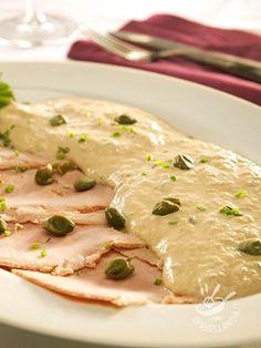 Veal with tuna sauce - Il Vitello in salsa tonnata piace a grandi e piccini ed è un piatto buonissimo che regala sempre un grande effetto a tavola. Servitelo con tanta salsa... #vitellotonnato