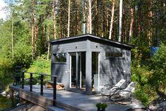 Elämyksellinen sauna ja takkahuone ST120 (sauna 6 m2 + takkahuone 6 m2). Kiuas on takkaluukullinen, jolloin saunaelämys jatkuu löylyttelyn jälkeen takkatulen ääressä. Liukulasitettu seinä mahdollistaa upean luontonäkymän.