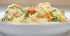 Pasta komt in alle maten en deze keer kiest Jeroen voor linguine, een dunne lintpasta uit Genua die je in makkelijk in de supermarkt kan kopen. Jeroen gebruik de pasta in een eenvoudig gerecht dat tegelijk een beetje feestelijk is. De smaakmakers met dienst zijn kloeke scampi, kerstomaatjes en een verse venkelknol, want da's een goeie maat van zeevruchten. Een portie rode chilipeper zorgt voor kleur en een beetje culinair 'vuur'. Uiteraard beslis je zelf hoe pittig deze bereiding mag…