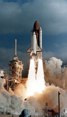 HUBBLE LAUNCH 1990 The Space Shuttle Discovery on it's way to space with the Hubble Space Telescope (HST). Credit: NASA/ESA