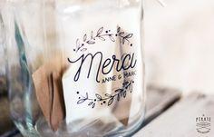 Stickers Merci personnalisé à apposer sur votre urne de mariage en verre, bois ou métal et lui apporter votre touche personnelle et originale. 4 coloris.