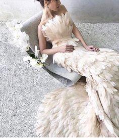 & Acabo de descubrir esta firma serbia y acabo de alucinar con sus vestidos, faldas y chaquetas de plumas. Wedding Dress With Feathers, Feather Dress, Feather Wedding Dresses, Bridal Dresses, Prom Dresses, The Dress, Dress Lace, Dress Shoes, Shoes Heels