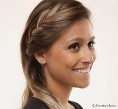 Penteado fácil para o trabalho: veja o passo a passo de um cabelo semi preso com tiara de trança lateral