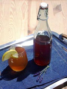 Cola syrup, homemade Wine Decanter, Bridget Jones, Barware, Alcoholic Drinks, Recipies, Lime, Cooking Recipes, Homemade