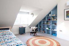 Etagères permettant d'utiliser l'espace en pente sous le toit et de ranger facilement la chambre
