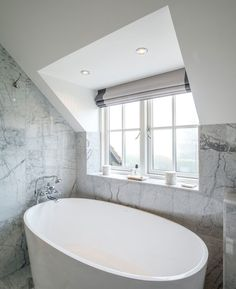 A small bath with an impressive capacity that offers double ended bathing.