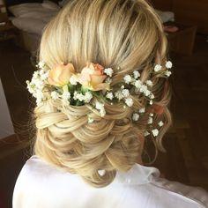 Verspielte gesteckte Brautfrisur mit Blumen 🌹 Typ: sehr verspielt Girls Dresses, Flower Girl Dresses, Crown, Inspiration, Wedding Dresses, Flowers, Fashion, Hairdo Wedding, Flower Girl Gown