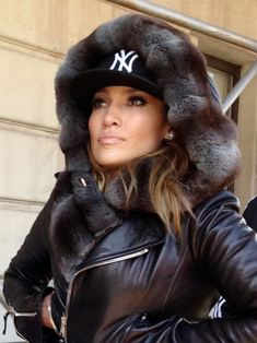 Jennifer Lopez in Central Park, New York Jennifer Lopez Style, Outfits, Clothes and Latest Photos. Casual Summer Outfits For Women, Winter Outfits, Casual Wear, Winter Chic, Autumn Winter Fashion, White Fur Coat, Jennifer Lopez Photos, Fashion Moda, Swagg