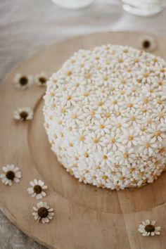 Quincy Mae's daisy inspired birthday from Kelli Murray - 100 Layer Cake Pretty Birthday Cakes, Pretty Cakes, Cute Cakes, Beautiful Cakes, Amazing Cakes, 2nd Birthday, Flower Birthday Cakes, Birthday Gifts, Sister Birthday