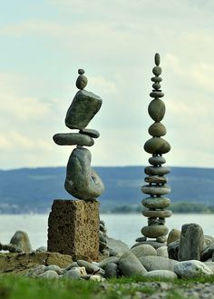 Steinkunst design by Paul Land Art, Stone Balancing, Stone Cairns, Rock Sculpture, Stone Sculptures, Rock Design, Modern Design, Jolie Photo, Outdoor Art