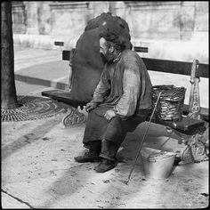 """Le Chiffonnier - Quand il passait dans les rues il criait """"Peau de lapin ? Peau de lapin ?"""" - Il les récupérait pour en faire notamment de la colle. Peau de lapin est devenu un des surnom des chiffonniers !"""