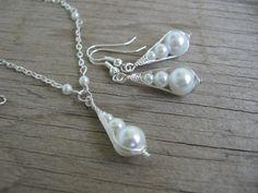 Sada - clariskové slzičky Sada náušnic a řetížku s přívěskem je vyrobena technikou clariskování, dominantu šperku tvoří skleněné voskové korálky tří velikostí. Komponenty: bižuterní v barvě stříbra Délka náušnic: 2,5 cm Délka přívěsku: 2,5 cm, délka řetízku: 50 cm