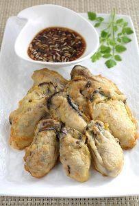 「ジョン」は韓国料理です。 素材に小麦粉をまぶし卵液をくぐらせてサッと焼くだけの手軽さ。 牡蠣のうまみを衣でとじ込めるので、ふっくらと仕上がります。 タレもシンプルに刻みネギを入れた酢醤油で頂きましょう。