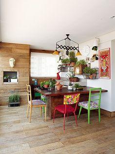 A varanda gourmet, queridinha da casa, é assinada pela designer de interiores Carol Lovisaro em parceria com a arquiteta Fernanda Lovisaro. Toda revestida de peroba de demolição rústica, ela ganha o colorido das cadeiras de estilos diferentes