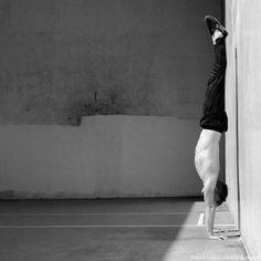 Handstand lernen in 48 Stunden (oder weniger) – Die ultimative Anleitung Handstand Training, Ballet Dance, Ballet Skirt, New Life, Athlete, Abs, Exercise, Pastel, Animal