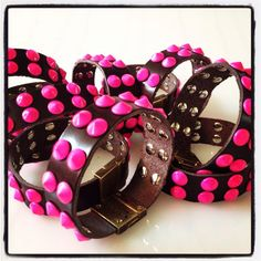 bracciale Total Punk con chiusura magnetica Easy Energy close e borchie fucsia
