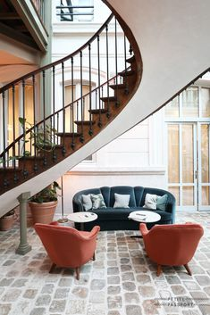 The Hoxton recently opened its fourth hotel. After two in London and one in Amsterdam, it is now Paris's turn. As a guest you don't expect The Hoxton Paris to be that big. Because when you arrive in the narrow street, the façade does say 'something big happens...