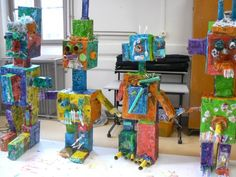 ROBOTS !!! Nous avons essentiellement utilisé des boites en carton recouvertes de papier journal et de petits objets de récupération. Jour 2 / Peindre Jour 4 ou 5 ???