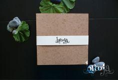 Paquete de 3 sketchbooks Formato: 22x22 cm 72 hojas de papel bond ahuesado 90 gr, pegado y cosido. Pasta blanda papel kraft sena. Pide el tuyo en: https://www.kichink.com/stores/brooja
