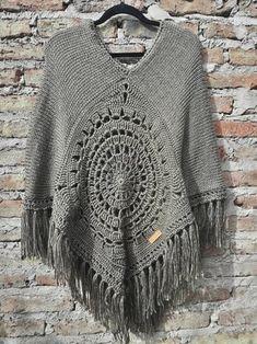 Crochet Cardigan, Crochet Shawl, Knit Crochet, Winter Basics, Knitting Patterns, Crochet Patterns, Poncho Shawl, Crochet Quilt, French Fashion