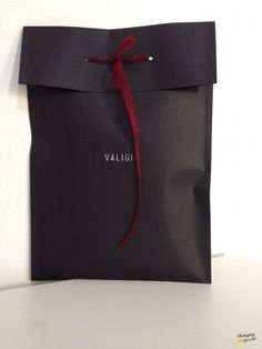 Packaging with African strands Shirt Packaging, Clothing Packaging, Fashion Packaging, Luxury Packaging, Paper Packaging, Jewelry Packaging, Packaging Ideas, Wrapping Gift, Packaging Design Inspiration