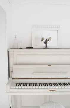 old white piano