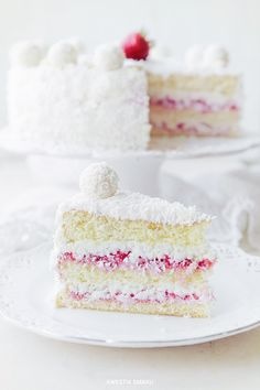 Raffaello Cake with Strawberries via Kwestia Smaku #recipe