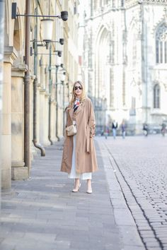 The perfect Trench - now up on www.mod-by-monique.com   #trenchcoat #marccain #marccaingirls #trench #mack #mac #scarf #silkscarf #layering #münster #blogger #streetstyle #summer