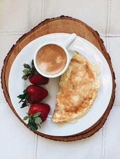 Café puro, omelete com queijo e morangos • Ideia de café da manhã • mais em @blogjustcarol (instagram) #healthyfood #healthybreakfast #cafedamanha