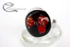 Bordó, fekete kerek üveg gyűrű, kis csillámló dichroic üvegekkel és kis színes pöttyökkel, benne rejlik a mikrokozmosz és a makrokozmosz titka. Glass Ring, Glass Jewelry, Glass Art, Gemstone Rings, Gemstones, Gems, Jewels, Minerals