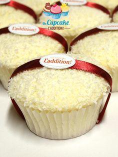 Cupcakes de Coco al estilo Ferrero Raffaello®Bizcocho genovés ligerísimo, corazón chocolate blanco con almendras crujientes, cobertura chocolate blanco y coco.