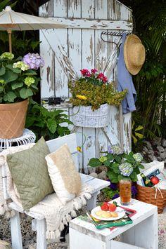 How to Create a Vintage-Style Garden Getaway - Flea Market Decor